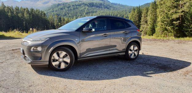 Hyundai Kona Electric angolo avanti