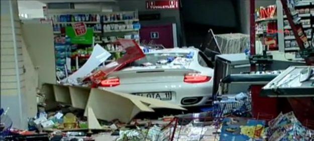 Donna sfonda un negozio con la sua Porsche 911 [VIDEO]