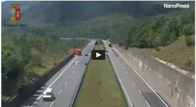 Tir fa inversione sull'autostrada: panico e paura sulla Cisa [VIDEO]