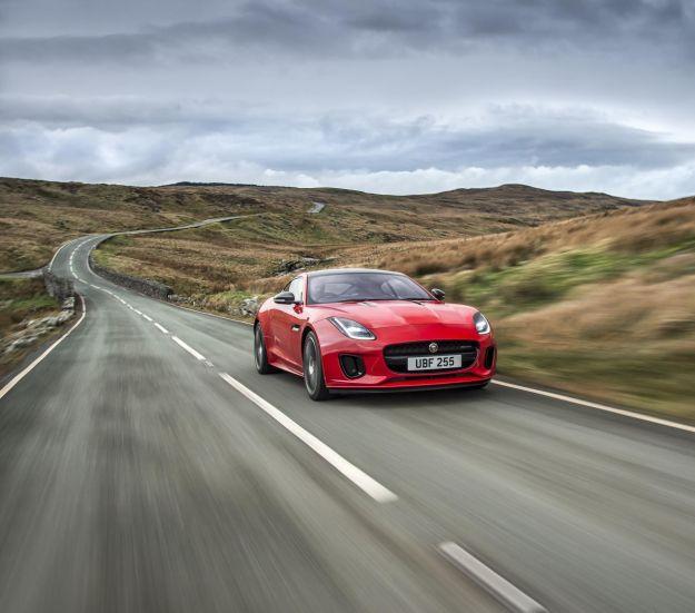 Jaguar F-Type 2017 restyling: prezzo di coupé e cabrio con motore turbo 2.0 [FOTO]
