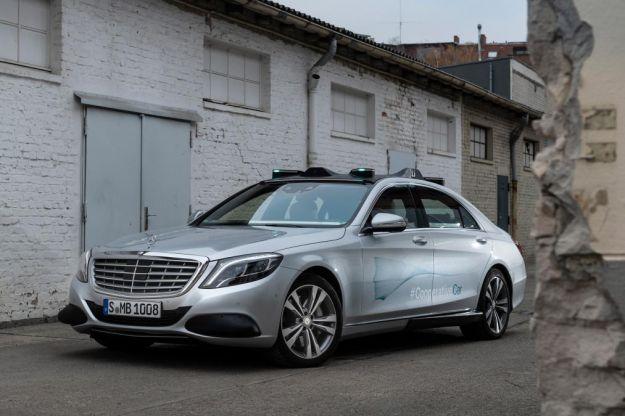 Mercedes e l'auto cooperativa: la Classe S comunica con le luci