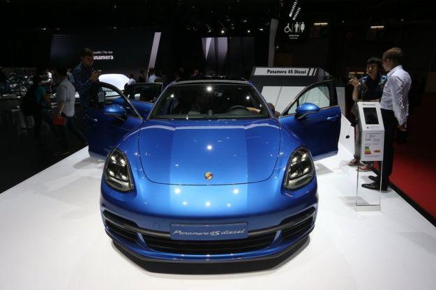 Porsche al Salone di Parigi 2016: tutte le novità auto esposte