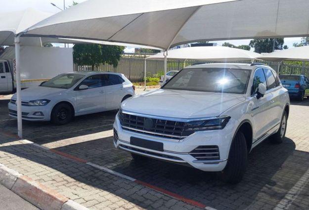 Volkswagen Touareg 2018, foto spia: senza veli il prototipo del nuovo modello