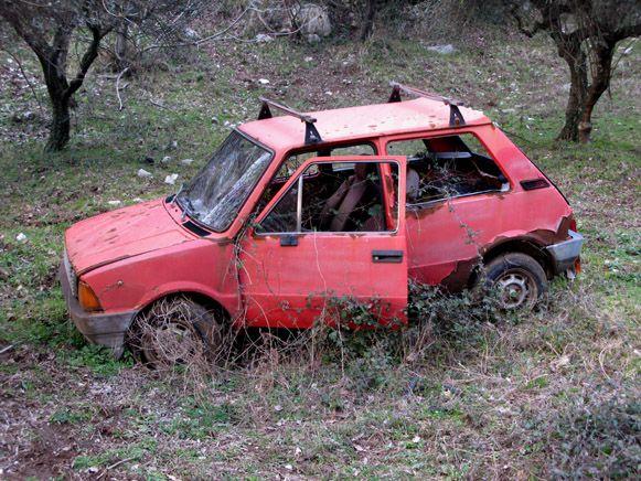 Auto abbandonata con targa è considerata rifiuto pericoloso