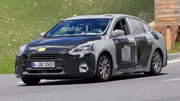 ford focus sedan spy pics (3)