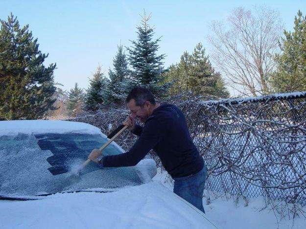 ghiaccio sul vetro della macchina