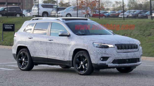 Nuova Jeep Cherokee 2018 restyling: foto spia mostrano importanti novità di design [FOTO]