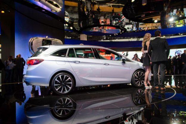 Opel Astra Sports Tourer 2017: scheda tecnica e prezzi. Posteriore stravolto [FOTO]