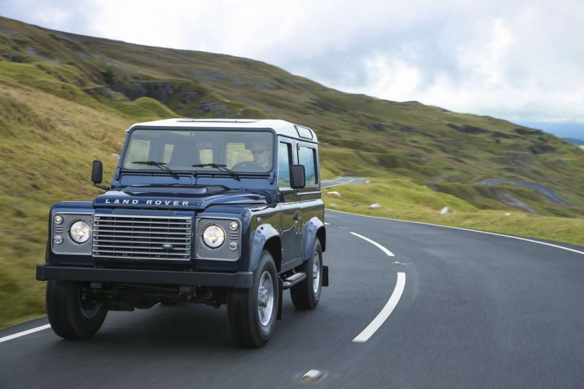 Land Rover Defender 2013 in curva