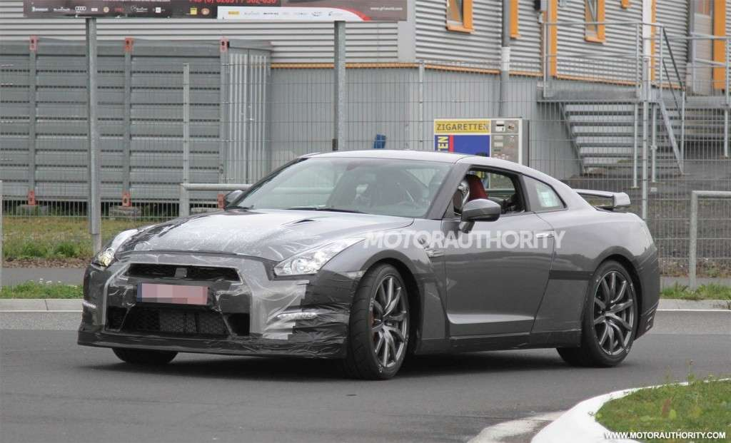 Nissan GT-R Restyling-foto spia-3/4 anteriore